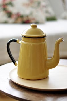 little yellow teapot -- sure looks like a coffee pot to me Yellow Teapot, Coffee Cups, Tea Cups, Coffee Coffee, Yellow Cottage, Cast Iron Cookware, Chocolate Pots, Afternoon Tea, Tea Time
