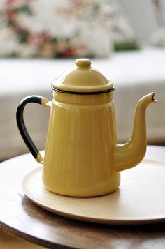 little yellow teapot                                                                                                                                                                                 Más                                                                                                                                                                                 Más