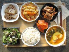 2013년 11월 11일 채식 체험 밥상입니다. 뜨끈한 깻잎 순두부찌개, 매콤한 느타리두부찜, 짭쪼롬한 연근곤약조림, 화끈아삭~한 콩나물떡볶이에 잘 익은 깍두기까지!  쌀쌀한 날씨에 기운 북돋아주는 맛있는 밥상 드시러 오세요~