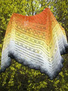 V+barvách+slunce+Háčkovaný+šátek+z+jednoho+klubka+s+barevnými+přechody+-+oranžová,žlutá,bílá,šedá,černá.+Materiál+bavlna+akryl+(55/45).+Šátek+můžete+nosit+různými+způsoby+jako+módní+doplněk+celoročně.+Jemné+praní+do+40+stupňů,sušit+rozložený.+Dlouhá+strana+190+cm+Cíp+80+cm