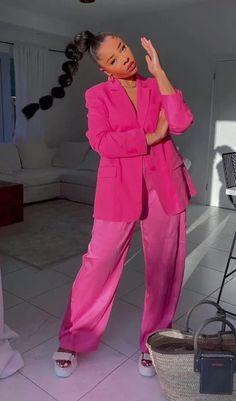 Foto: sarahjoholder - Look moderninho com alfaiataria oversized. Terninho rosa, magenta, e sandália plataforma. Blazer oversized e calça oversized. Magenta, Outfit Ideas, Jumpsuit, Outfits, Dresses, Fashion, Pink, Platform, Overalls