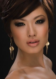 MAC cosmetics: This was how my make up was last week. The mac lady did this to me. And I looked just like her too. Asian Smokey Eye, Asian Eye Makeup, Asian Eyes, Smokey Eye Makeup, Smoky Eye, Beauty Make-up, Asian Beauty, Beauty Hacks, Hair Beauty