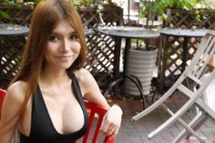 Una joven china aficionada a la tecnología ha diseñado una minifalda tridimensional usando espejos infinitos iluminados con diodos. Los espejos están fijados en una matriz flexible, inspirada en la coraza tradicional de los guerreros chinos, según explicó la usuaria del portal Imgur, bajo el apodo de 'SexyCyborg'.</p>