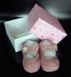 Pink baby booties. Las manuelidades