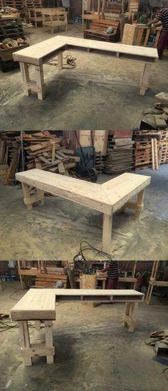 Diy Pallets Corner Desk Design – do pallet Pallet Desk, Pallet Furniture Desk, Diy Wood Desk, Diy Pallet Bed, Corner Furniture, Backyard Furniture, Reclaimed Wood Furniture, Diy Pallet Projects, Diy Desk