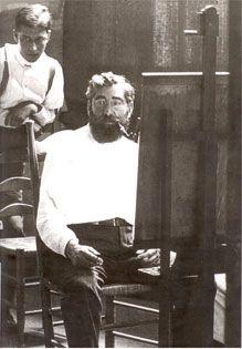 Ramon Casas Carbó (1866-1932) delante de una de sus obras.