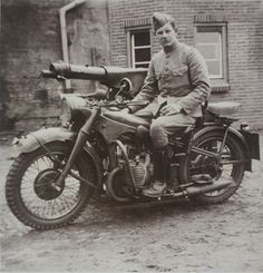 Holland - May the Dutch struggle: BMW 750 cc with heavy machine gun - pin by Paolo Marzioli British Motorcycles, Vintage Motorcycles, Military Archives, Motor Harley Davidson Cycles, Germany Ww2, Ww2 Photos, War Dogs, Military Pictures, Vintage Bikes