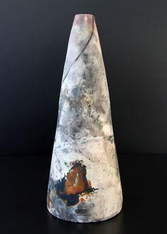 vaso. queima de saggar em alumínio. decoração com óxidos, algas e fios de cobre