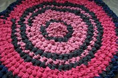 Knotted Rag Rug (no sew) - Tutorial (to make it round start going into the knots after making just a few; to make it oval make as many knots as you want before doubling back on them, just remember that it will get a lot longer after you go aroung a few times)