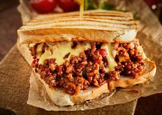 Tosti marathon: de 9 lekkerste tosti recepten | Smulweb Blog Chili Mac And Cheese, Chili Cheese Fries, Kubanisches Sandwich, Sandwich Recipes, Sloppy Joe, Leftover Chili Recipes, All Recipes Pancakes, Cooking With Ground Beef, Sour Foods