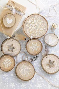 Dekorative Holzscheiben als Geschenkanhänger, Christbaum- oder Fensterschmuck