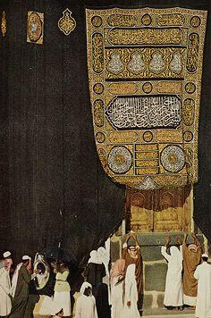 Door of Kaaba in Mecca, Saudi Arabia, the most sacred place in Islam Masjid Al Haram, Islamic Architecture, Art And Architecture, Abu Dhabi, History Of Islam, Mekkah, Beautiful Mosques, Asia, Grand Mosque