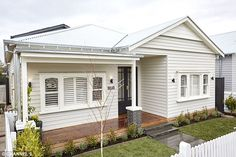 Bungalow Exterior With Garage - - Pisos Exterior Moradia - Modern Exterior Ideas Bungalow Exterior, Cottage Exterior, House Paint Exterior, Building Exterior, Exterior House Colors, Building A House, Facade Design, Exterior Design, House Design
