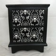 Superb Mini chest of drawers with skull and crossbones theme by Nacreous Alchemy The post Mini chest of drawers with skull and crossbones theme by Nacreous Alchemy… appeared first on Migno ..