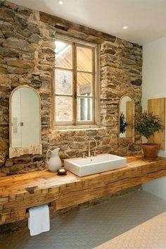 jolie salle de bain avec mur en pierres, meuble salle de bain bambou pas cher