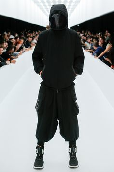The complete Spring 2017 Menswear fashion show now on Vogue Runway. Moda Cyberpunk, Cyberpunk Fashion, Dark Fashion, Mens Fashion, Fashion Menswear, Moda Formal, Streetwear, Apocalyptic Fashion, Future Clothes