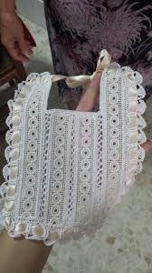 Resultado de imagen de baberos ganchillo Love Crochet, Crochet For Kids, Baby Bibs Patterns, Crochet Patterns, Dior Kids, Crochet Baby Bonnet, Bib Pattern, Baby Blessing, Heirloom Sewing