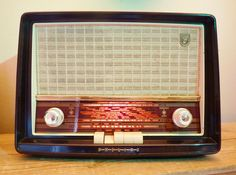 Fully restored by Wayne's Radios, Medium size vintage radio with original valves adapted to play mp3 or iPod.