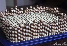Va povesteam aici, la Painea umpluta, ce sfarsit de saptamana minunat am avut si cu cate retete bune ne-am delectat. Ei bine, printre ele s-a aflat si aceasta prajitura cu foi de napolitana, blat de cocos si crema de ciocolata, absolut delicioasa!!! Cele mai reusite napolitane cu nuca de cocos si ciocolata din lume :)) …