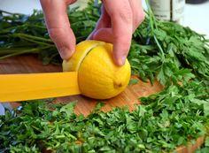 Dieta cu pătrunjel este un regim care se bazează pe o salată cu efecte deosebite pentru siluetă, dar şi pentru sănătate. Good To Know, Food And Drink, Virginia, Fruit, Drinks, Health, Plants, Romania, Sport