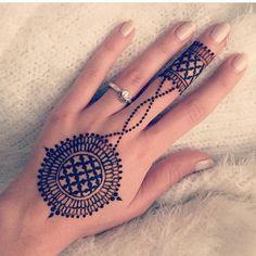 Trendy and stunning 140 finger mehndi designs for 2020 brides! Mehndi Designs Front Hand, Round Mehndi Design, Modern Henna Designs, Palm Mehndi Design, Henna Tattoo Designs Simple, Finger Henna Designs, Stylish Mehndi Designs, Mehndi Designs For Girls, Mehndi Design Photos