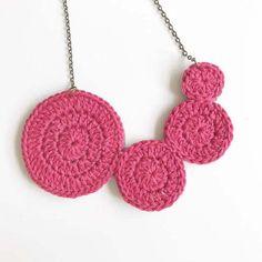 Collar círculos de crochet Diy Jewelry, Handmade Jewelry, Jewelry Design, Jewellery, Crochet Ornaments, Crochet Collar, Beading Tutorials, Crochet Earrings, Rakhi