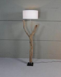 Lampada da terra di intemperie vecchio ramo di quercia in