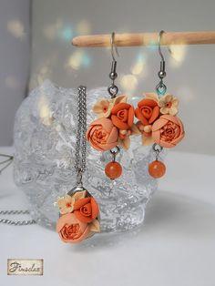 Set realizat in culorile calde ale asfințitul de soare. Flori gingașe realizate manual petală cu petală formează acest set deosebit. Acesta va fi livrat intr-o cutiuță de cadou.