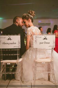 Plaquinhas para cadeiras dos noivos Wedding Pics, Wedding Bride, Dream Wedding, Wedding Day, Wedding Dresses, Sheila E, E Photo, Bridesmaid Proposal, Cute Couples