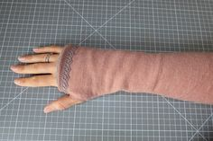 DIY: Armstulpen mit Daumenloch nähen DIY: Sew on arm warmers with thumb holes! it Yourself # sewing project Sewing Hacks, Sewing Tutorials, Sewing Tips, Diy Bracelets Easy, Diy Gifts For Friends, Wrist Warmers, Textiles, Sewing Projects For Beginners, Diy Clothes