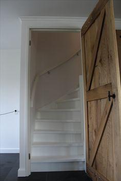 Witte trap in kast | ingekaste trap achter rustiek eiken deur | houten trap met dubbele kwart en gebogen leuningen | www.meesterintrappen.nl