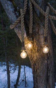 Une large corde et des ampoules en guise de lampe d'extérieur