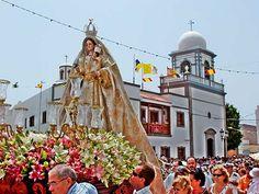 Imagen de la Virgen del Buen Suceso frente a la Iglesia durante las fiestas del pueblo (15/08)