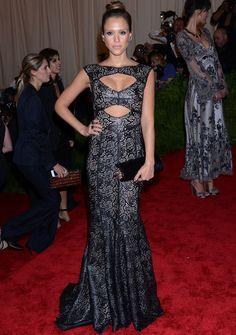 #JessicaAlba con un diseño negro con brocados metalizados de #ToryBurch y accesorios de color negro. Ni el sofisticado recogido, ni su #maquillaje apostaron por la #tendencia #punk .