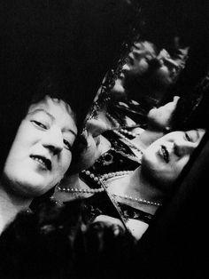 http://lapetitemelancolie.files.wordpress.com/2012/05/alexander-rodchenko-marie-chvetsova-dans-un-jeu-de-miroirs-1924.jpg