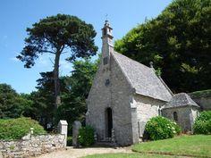 La chapelle de Tronjoly à Cléder :  La chapelle actuelle de Tronjoly n'est pas contemporaine du manoir dont la partie la plus ancienne date du début du 16e. En effet, c'est au 17e siècle que Charles Louis de Kergoet remania le manoir, créa cette terrasse bordée d'une balustrade qui domine au sud le manoir et où se trouve cette chapelle de 1880, reconstruite au début du 20e siècle.