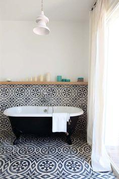 La salle de bains, une des passions d'Aurélia qui l'ont amenée à créer sa propre ligne Marmo Spirito, pensée comme des extraits d'architecture. Liseuse Réglisse, linge de lit et accessoires, Zina.