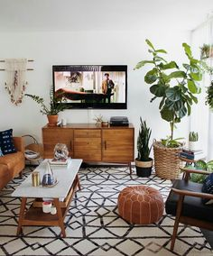 Mid Century Modern Living Room with TV Mid Century Living Room Design, Mid Century Modern Boho Living Room Boho Living Room, Home And Living, Living Room Decor, Bohemian Living, Modern Bohemian, Usa Living, Bohemian Interior, Boho Chic, Bohemian Style