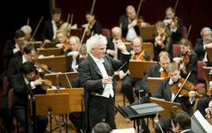 Sir Simon Rattle, ici à la direction de l'Orchestre philharmonique de Berlin…