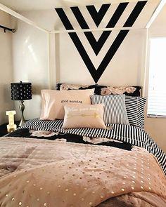 Cama linda e aconchegante. E a ideia dos triângulos na cabeceira, super fácil pra fazer, hein!? 😍😉 #instadecor #decoration #decor #decoracao #bedroom #bed #cama #quarto