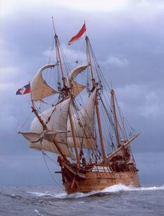 """El """"Duyfken"""" una nave reconstruida de la replica navega. La réplica construida por Australia del primer barco registrado como visita a las costas australianas volverá a WA como resultado de un paquete de financiamiento del gobierno estatal, el oeste de Australia"""