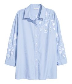 Blue/white striped. Straight-cut shirt in woven fabric with embroidery. Narrow turn-down collar, buttons at front, yoke at back with pleat, and 3/4-length