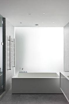 """Très """"carrée"""" cette baignoire donne une touche design à cette salle de bains"""