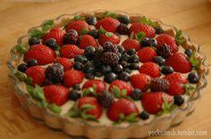Raw Banana Cream Berry Tart #vegan #raw #food #dessert
