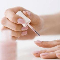 Trucco per asciugare lo smalto sulle unghie....usando l'acqua!!! :) Mettetevi lo smalto e fatelo asciugare per circa due minuti. A parte, preparate un bicchiere con dell'acqua che sia abbastanza fredda. Metteteci le unghie dentro per almeno 3 minuti. Lo smalto si asciugherà in maniera impeccabile