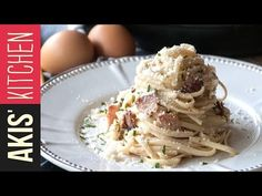 Classic carbonara by the Greek chef Akis Petretzikis. Make easily and quickly this all-time favorite recipe for pasta with eggs, guanciale, and pecorino! Classic Tomato Spaghetti, Cheese Spaghetti, Linguine Carbonara, Gnocchi, Pasta Dishes, Side Dishes, Bacon, Vegan Recipes, Food Porn