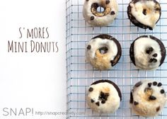 Nothing says summer like S'mores, right? We're kicking summer off with this fun version of S'mores mini donuts. Pop over for the easy-to-make recipe. Delicious Donuts, Delicious Desserts, Yummy Food, Entree Recipes, Dessert Recipes, Mini Donut Recipes, Donut Maker, Mini Doughnuts, Easy Food To Make
