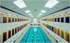 La belleza y simetría de las piscinas cubiertas perfectamente en calma