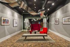 Instalação de Arte Fotográfica - André Bertoluci. Pensado para exposições fotográficas, o espaço de 35 m² foi idealizado como uma galeria, com teto e duas paredes na cor preta. Lâmpadas dicróicas são direcionadas aos elementos de destaque. Ao fundo, o painel de espelho com iluminação de fundo parece flutuar e reforça o destaque à arte. Todo o mobiliário conceitual é italiano, da marca Vitra - com destaque para o sofá Alcove Highback -, fornecido pela Inove Galeria.