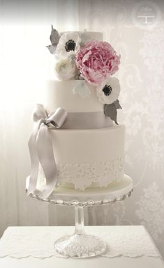 Featured Wedding Cake: cotton & crumbs; 35 Wedding Cake Inspiration with Chic Classy Design Details: http://www.modwedding.com/2014/10/22/35-wedding-cake-inspiration-chic-classy-design-details/ Featured Wedding Cake: cotton & crumbs